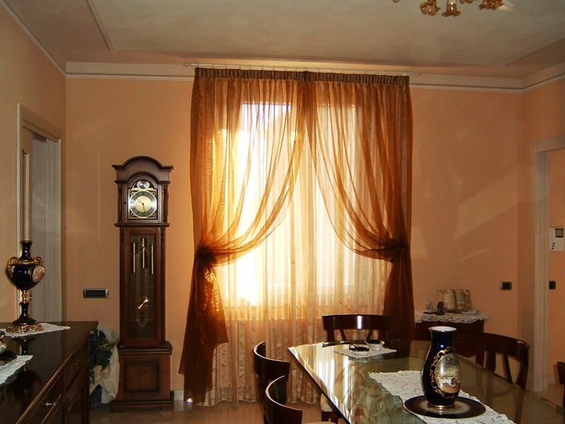 Tende classiche la tendarredo tessuti tende e for Foto di case arredate classiche
